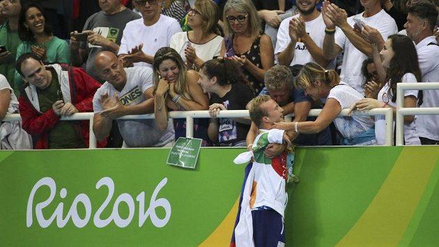 Paralympijský plavec Arnošt Petráček v objetí svých blízkých po vyhraném finále na 50 m znak.