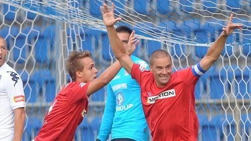 Petr Švancara (vpravo) se raduje z gólu do sítě Slovácka.