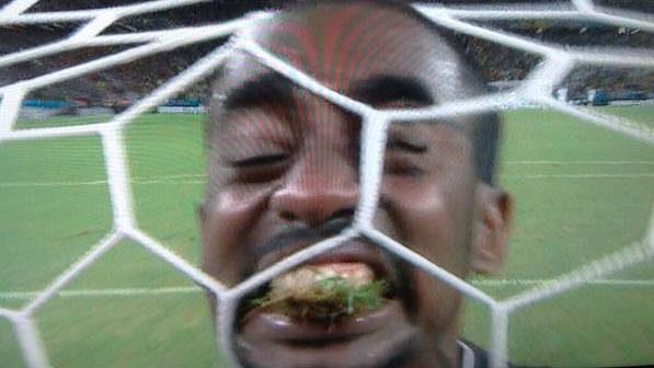 Gólman Pobřeží slonoviny Boubacar Barry si při zápase MS v Brazílii raději než na soupeři pochutnal na trávníku.
