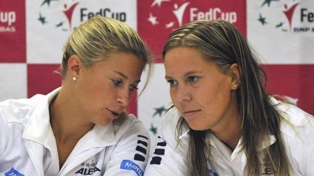 Český pár Andrea Hlaváčková (vlevo), Lucie Hradecká si ve Wimbledonu zahraje finále deblu