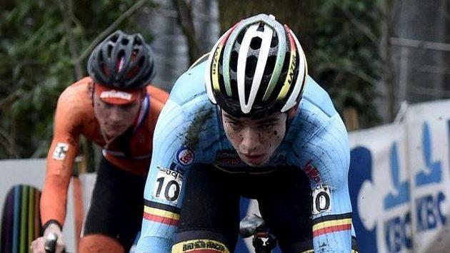 Nizozemec Mathieu van der Poel (vlevo) za Belgičanem Woutem van Aertem při MS v cyklokrosu v Heusden-Zolderu.