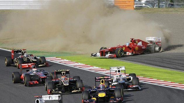 Fernando Alonso se dostal v Japonsku po kolizi mimo trať a musel ze závodu odstoupit.