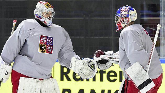 Brankáři českého hokejového týmu Dominik Furch a Pavel Francouz (vpravo) na tréninku v Moskvě.