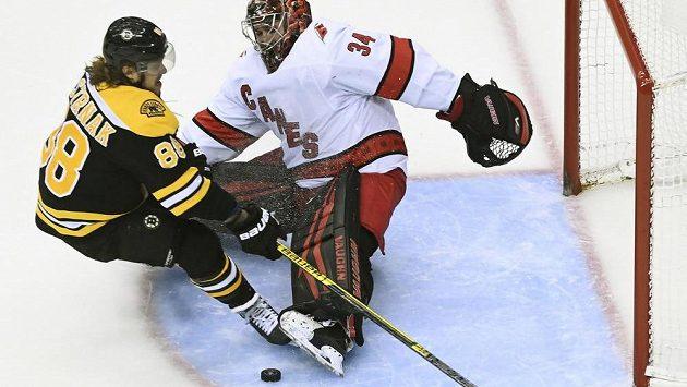 V tomto souboji krajanů byl brankář Caroliny Petr Mrázek úspěšnější, nakonec se ale z výhry a postupu do 2. kola play off NHL radoval David Pastrňák a Boston.