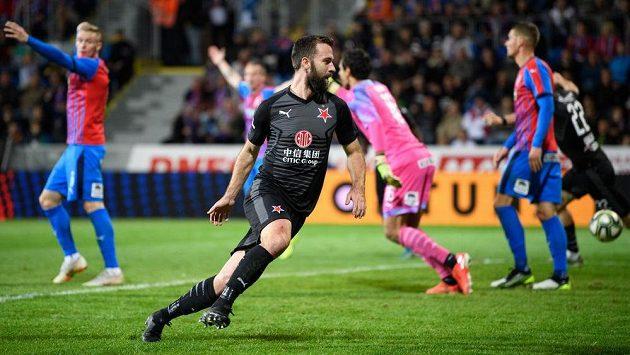 Josef Hušbauer ze Slavie Praha běží oslavovat svůj gól během utkání 14. kola Fortuna ligy v Plzni.
