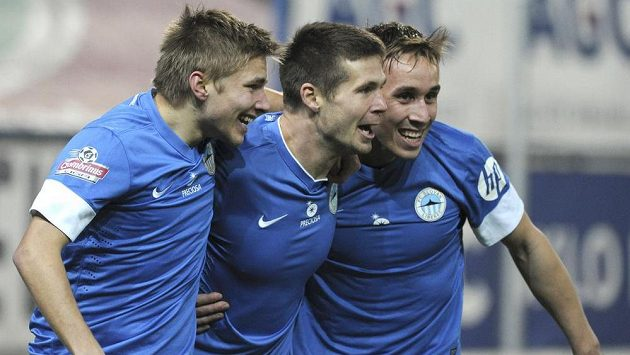 Obránci Liberce zleva Martin Frýdek, střelec Jiří Pimpara a záložník Josef Šural se radují z vyrovnávacího gólu v Teplicích.