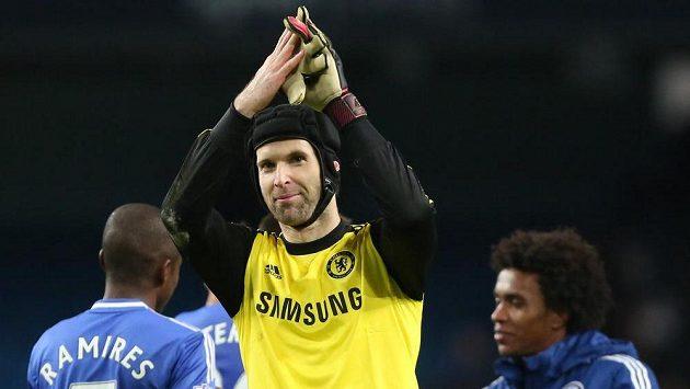 Brankář Chelsea Petr Čech se raduje z vítězství nad Manchesterem City.