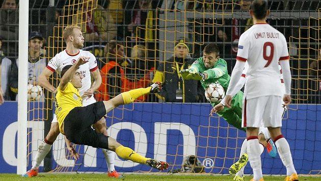 Obránce Dortmundu Sokratis (vlevo) střílí gól do sítě Galatasaray Istanbul.
