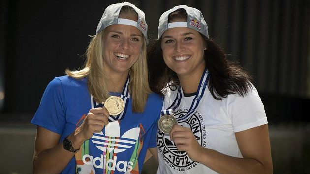 Plážové volejbalistky Markéta Sluková (vlevo) a Barbora Hermannová pózují se stříbrnými medailemi z ME.