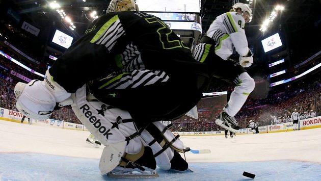 Jakub Voráček a brankář Pittsburghu Marc-André Fleury v akci při nedělním Utkání hvězd NHL v Columbusu.