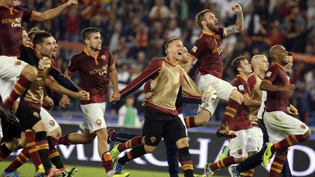 Fotbalisté AS Řím v euforii po rekordní výhře 2:0 nad Neapolí