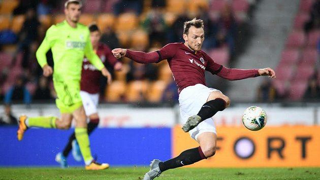Libor Kozák střílí gól Sparty v ligovém utkání s Karvinou.