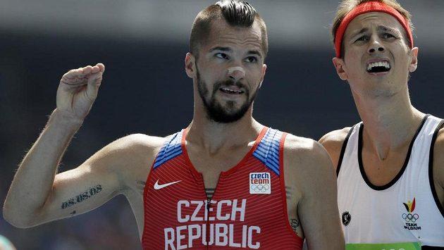 Český mílař Jakub Holuša (vlevo na snímku s Pieterem-Janem Hannesem z Belgie) si bez problémů zajistil postup do olympijského semifinále na 1500 metrů.