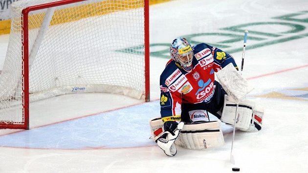 Brankář Július Hudáček na archivním snímku ze sezóny 2013/14, kdy chytal za Pardubice.
