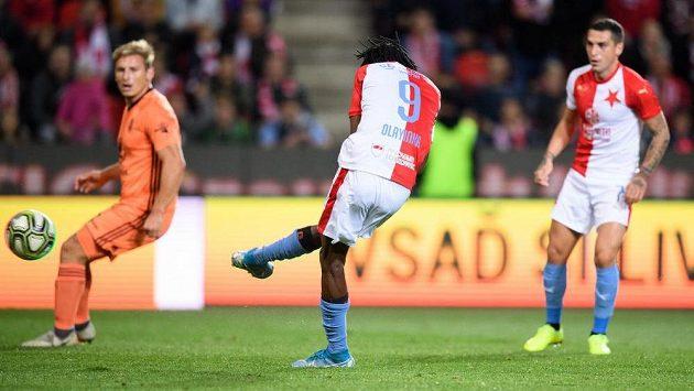 Peter Olayinka ze Slavie Praha střílí gól na 1:0 během utkání proti Mladé Boleslavi.