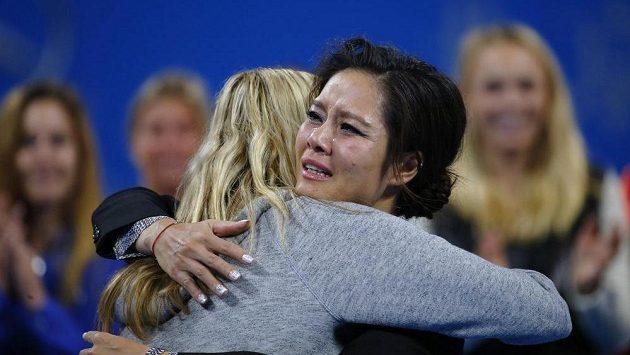 Čínská tenistka Li Na v objetí s Petrou Kvitovou při slavnostní rozlučce s kariérou.