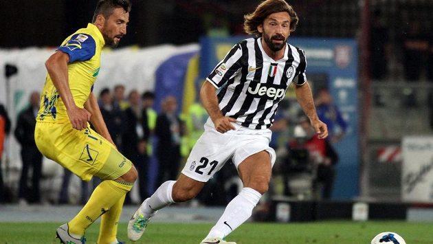 Režiséra hry Juventusu Andreu Pirla (vpravo) stráží zadák Chieva Gennaro Sardo.