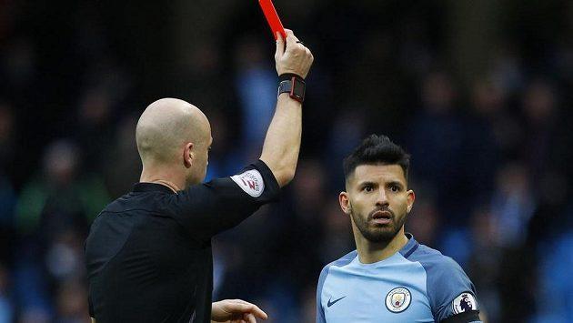 Sergio Agüero z Manchesteru City dostal v závěru utkání s Chelsea červenou kartu.