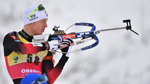 Nor Johannes Thingnes Bö na střelnici během sprintu na 10 km v Oberhofu, kde si dojel pro vítězství.