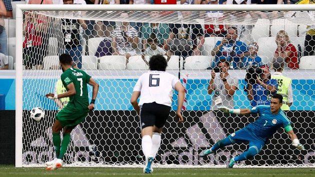 Salmán Faradž (vlevo) proměňuje penaltu v nastaveném čase první půle utkání proti Egyptu. Gólman Ísam Haddarí tentokrát střelcův záměr nevystihl.