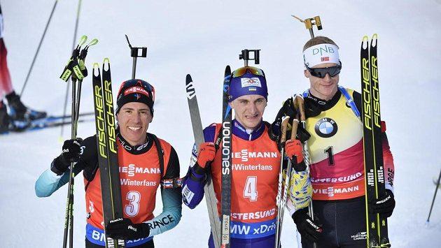 Tři nejlepší ve stíhačce na MS. První Pidručnyj (uprostřed), druhý J. Boe (vpravo) a třetí Fillon Maillet.