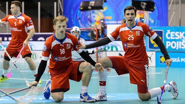 Ondřej Mikeš (vlevo) a Tom Ondrušek brání standardní situaci soupeře.