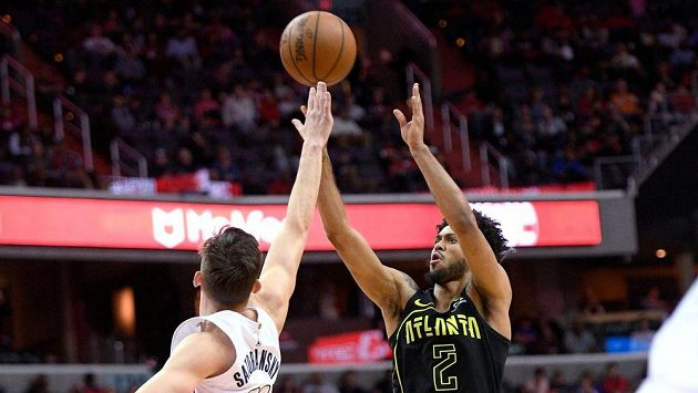 Tyler Dorsey z Atlanty zakončuje přes českého rozehrávače Washingtonu Tomáše Satoranského v zápase NBA.