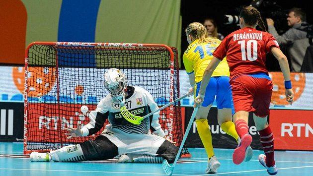 Moa Gustafssonová (uprostřed) ze Švédska střílí gól během utkání na MS florbalistek. Vlevo je brankářka ČR Jana Christianová, vpravo je Vendula Beránková. Ilustrační foto.