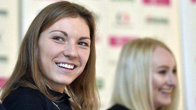 Kapitánka české florbalové reprezentace Eliška Krupnová, vpravo útočnice Martina Řepková před mistrovstvím světa florbalistek, které se hraje od 7. do 15. prosince ve švýcarském Neuchatelu.