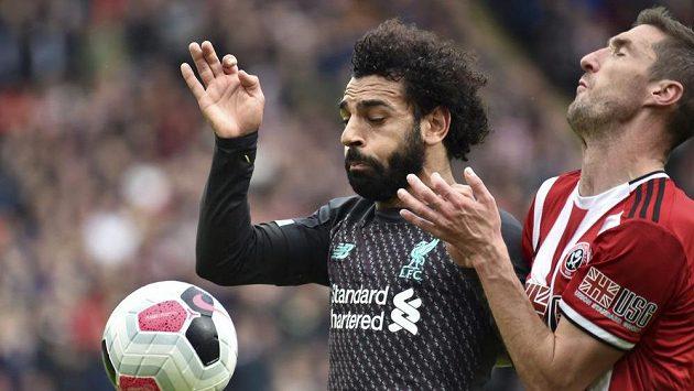 Mohamed Salah (vlevo) z Liverpoolu v souboji s Endou Stevensem ze Sheffieldu United.