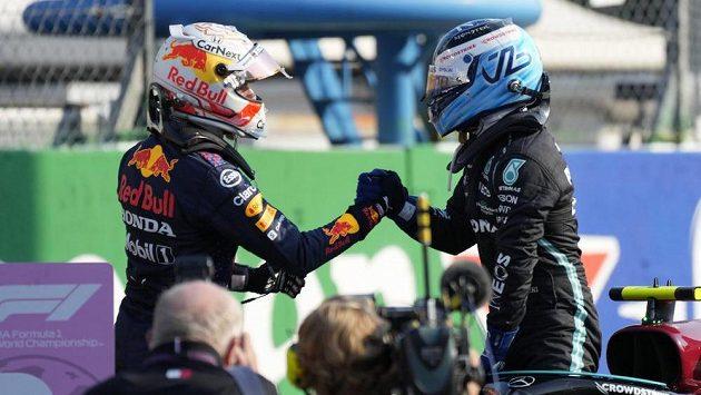 Max Verstappen (vlevo) gratuluje Valtterimu Bottasovi k triumfu ve sprintu v Monze. Fin nicméně odstartuje do Velké ceny Itálie z posledního místa kvůli výměně motoru.