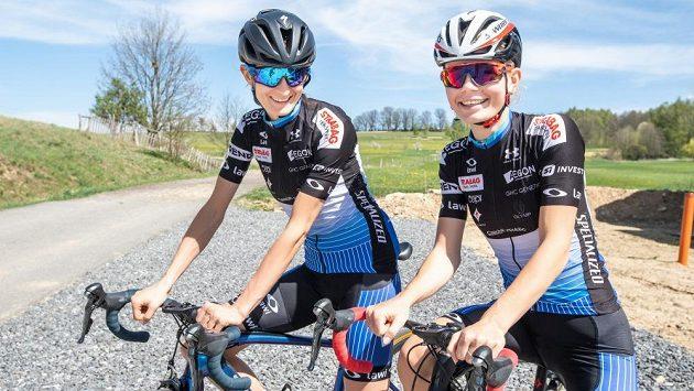 Martina Sáblíková a Nikola Zdráhalová před tréninkem na silničním kole.