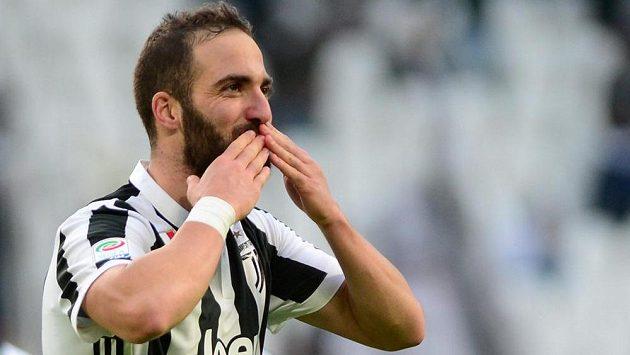 Argentinský střelec Higuaín vstřelil v Serii A hattrick a i díky němu vyhrál Juventus nad Sasuolem 7:0.
