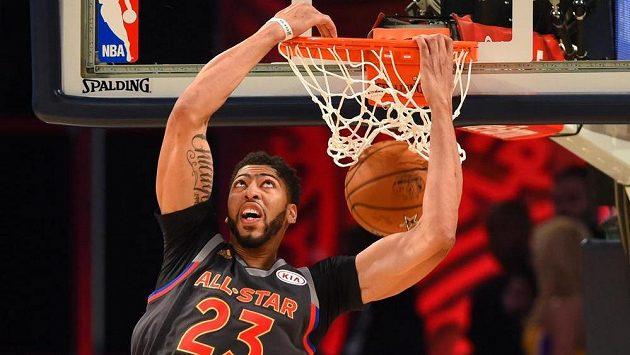 Anthony Davis střílí jeden z košů víkendového All Star Game zámořské NBA.