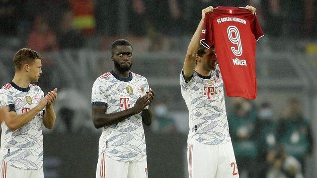 Utkání Dortmundu s Bayernem předcházela minuta ticha a potlesku za legendárního kanonýra Bayernu a německé reprezentace Gerda Müllera, který v neděli zemřel v 75 letech.