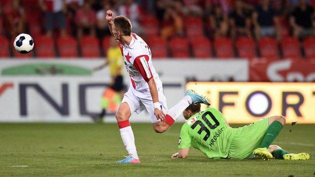 Útočník Slavie Praha Milan Škoda překonává libereckého brankáře Lukáše Hrošša a zvyšuje na 3:1 pro sešívané.