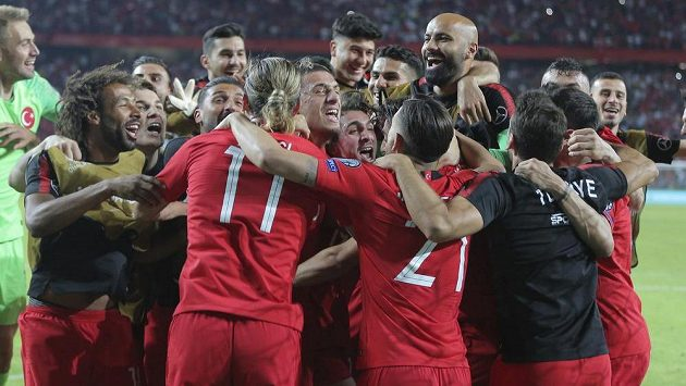 Fotbalisté Turecka oslavují kvalifikační výhru nad Francií.