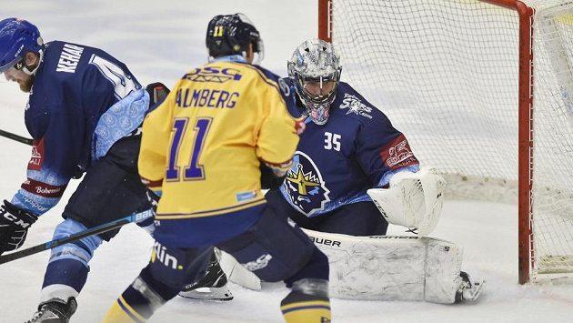 Zleva Martin Kehar z Kladna, Rickard Palmberg ze Zlína a brankář Kladna Denis Godla v utkání 5. kola hokejové extraligy.