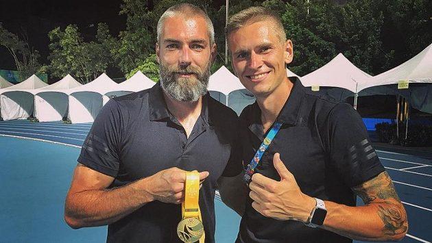 Radek Juška (vpravo) se svým trenérem Josefem Karasem a zlatou medailí z univerziády.