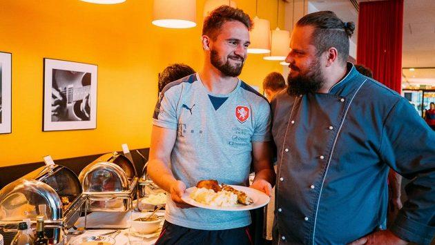 Radek Lidický, kuchař české fotbalové reprezentace do 21 let, a brankář Patrik Macej.