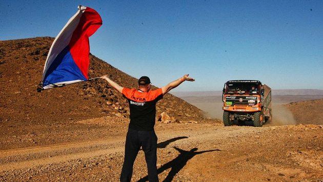 Členové doprovodného týmu Tomáše Tomečka si během Africa Eco Race užili i roli fanoušků..