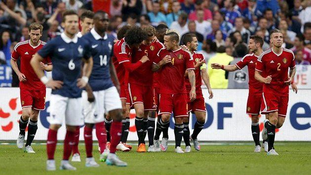 Fotbalisté Belgie se radují z jedné ze svých branek v přípravném utkání proti Francii. Tým Galského kohouta pak prohrál i s Albánií.