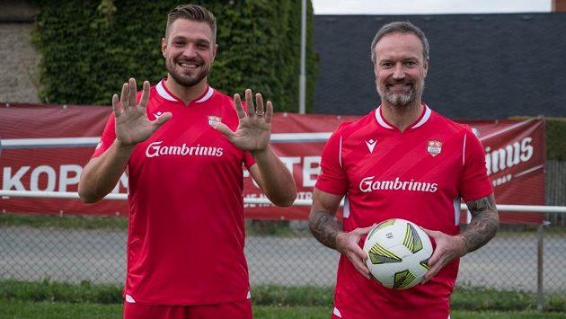Fotbalový kanonýr Červených Janovic a autor jedenácti gólů Štěpán Kacafírek po boku Martina Jiránka.