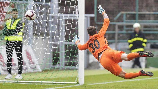 Brankář Opavy Vilém Fendrich dostává první gól.