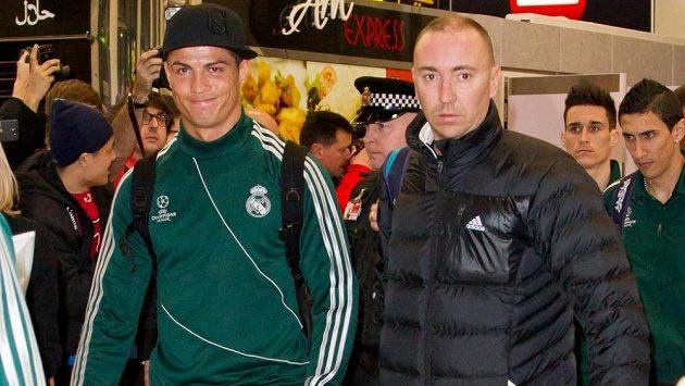 Cristiano Ronaldo (vlevo) na letišti v Manchesteru.