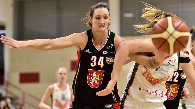 Petra Kulichová z Hradce Králové ve finálovém utkání Českého poháru basketbalistek Final Four s BK Žabiny Brno.