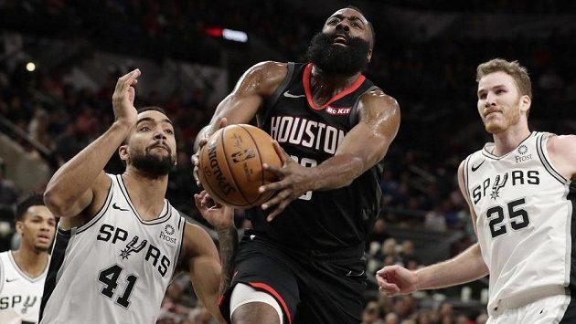 Basketbalista James Harden předvedl opět v NBA mimořádný výkon. Nejlepší střelec soutěže se stal po Kobem Bryantovi a Wiltu Chamberlainovi třetím hráčem v historii, který na šedesátibodové představení navázal v dalším duelu 50 body. Houston prohrál v San Antoniu po dvou prodlouženích 133:135.