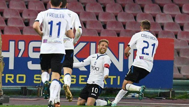 Fotbalisté Atalanty Bergamo se radují z gólu ve čtvrtfinále Italského poháru proti Neapoli.