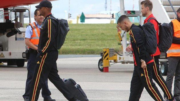Belgičtí reprezentanti Vincent Kompany a Eden Hazard při odletu na MS v Rusku.