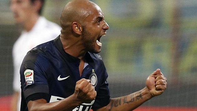 Jonathan z Interu Milán oslavuje svoji vítěznou trefu v duelu italské ligy proti Fiorentině.